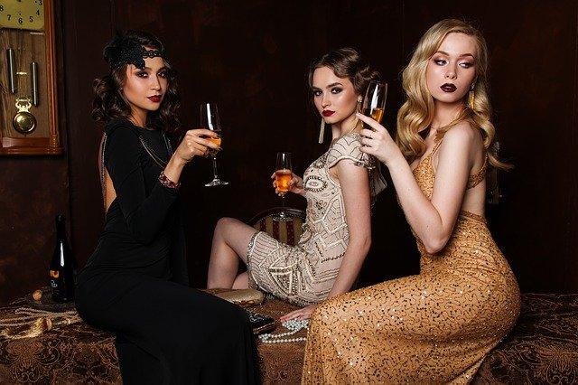 Žiarivé dámske spoločenské šaty na firemný vianočný večierok