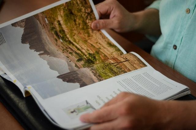 Človek si listuje v magazíne.jpg